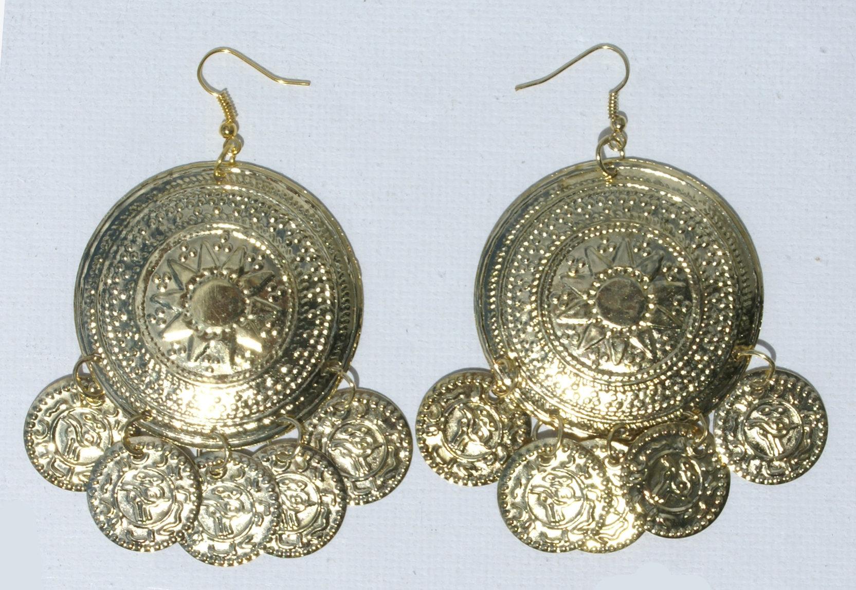 274c59a29106 aretes pintados en oro con una bola grande. -  5.00 USD - Subastas